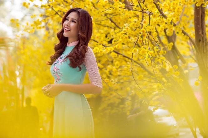 Hoa hậu biển Nguyễn Thị Loan trong trang phục áo dài truyền thống của Nhà thiết kế Thuận Việt - Ảnh: CHANH NGUYỄN