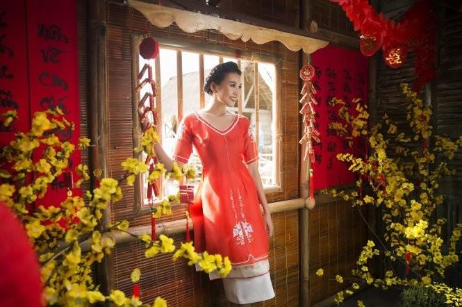 Siêu mẫi Thanh Hằng đỏ rực rỡ trong một thiết kế áo dài cách tân của Sơn Collection - Ảnh: LÊ THIỆN VIỄN