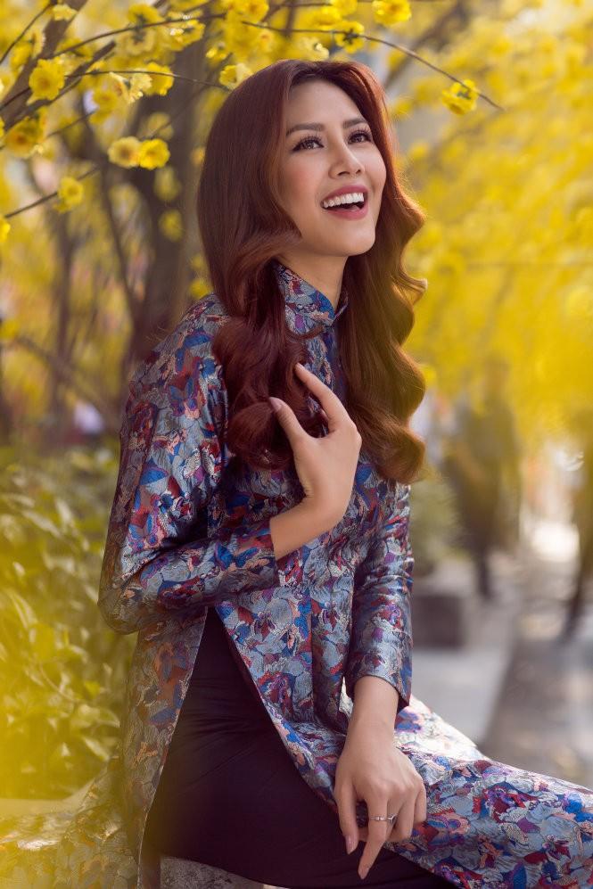 Nguyễn Thị Loan với áo dài gấm của Nhà thiết kế Thuỷ Nguyễn - Ảnh: CHANH NGUYỄN