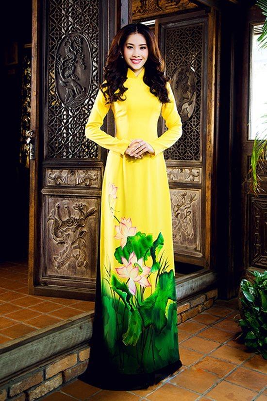 áo dài vẽ hình hoa sen rất đẹp