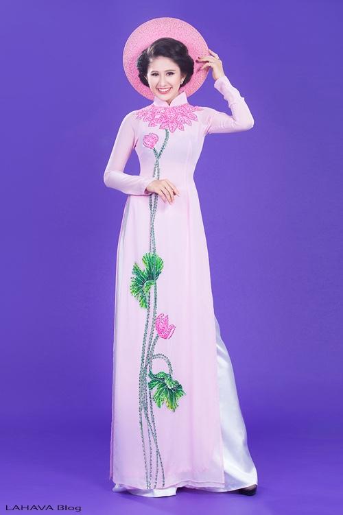 áo dài vẽ hình hoa sen